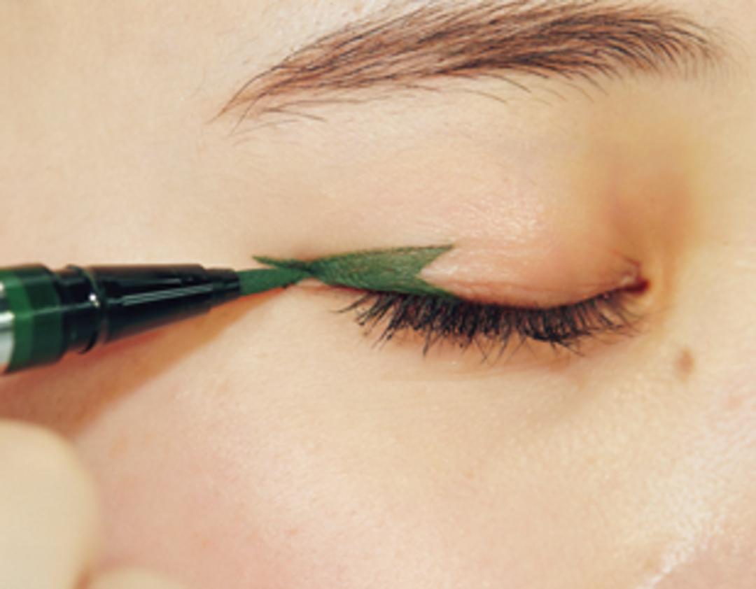 【梨々花の目もと】目尻にグリーンの個性ライン