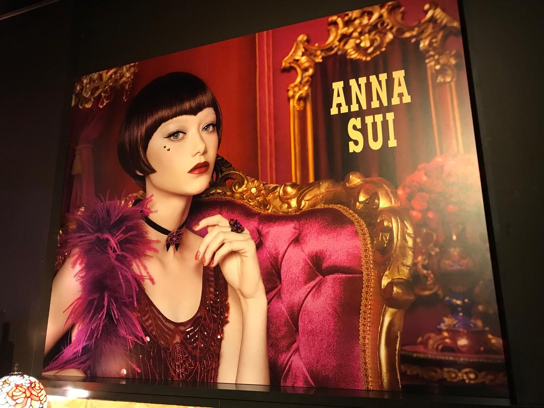 『アナ スイ』と言えば、バラ、蝶、ドーリー。夢の中のような世界観のディスプレイ♡