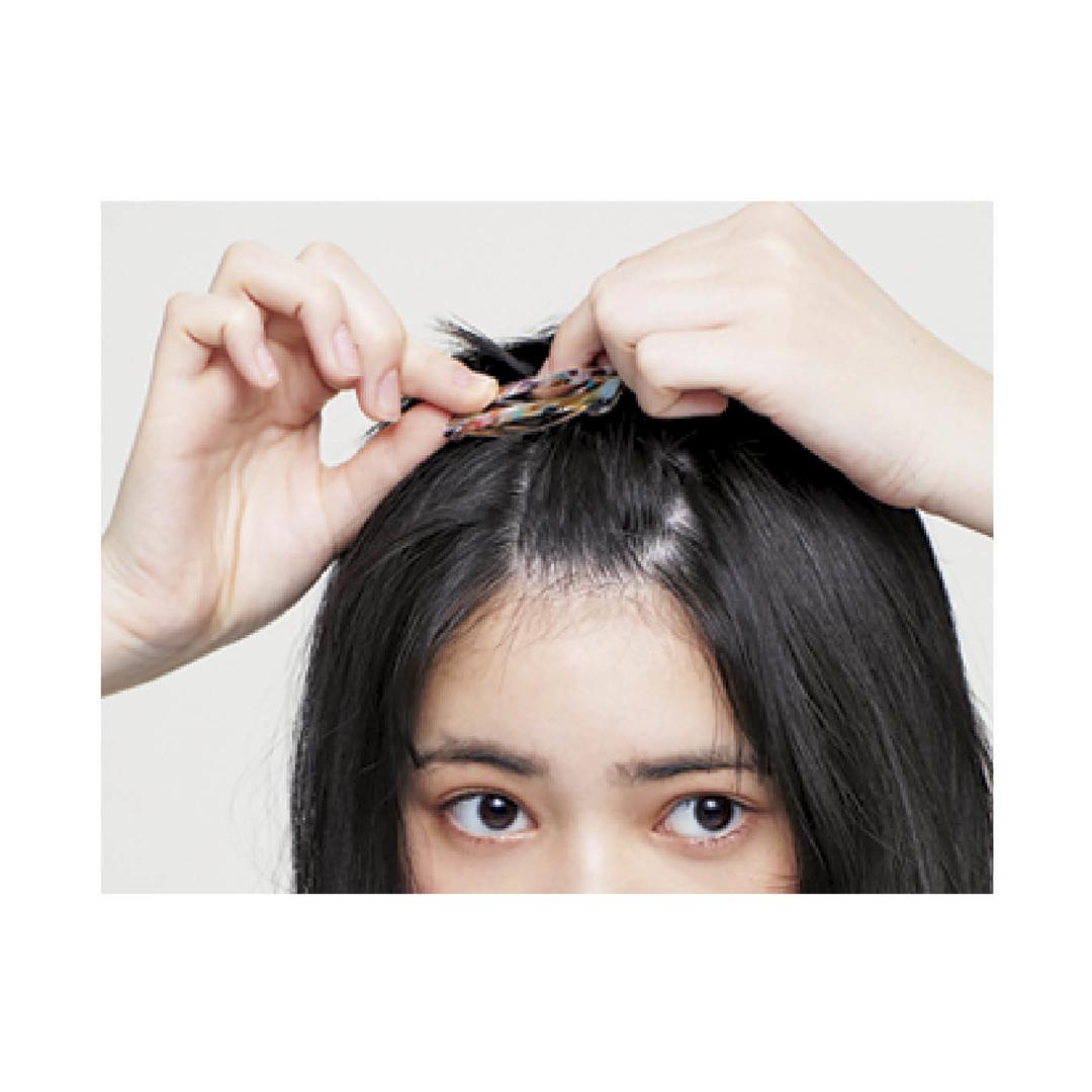 やり方①前髪を両サイドの毛を残しねじってとめる