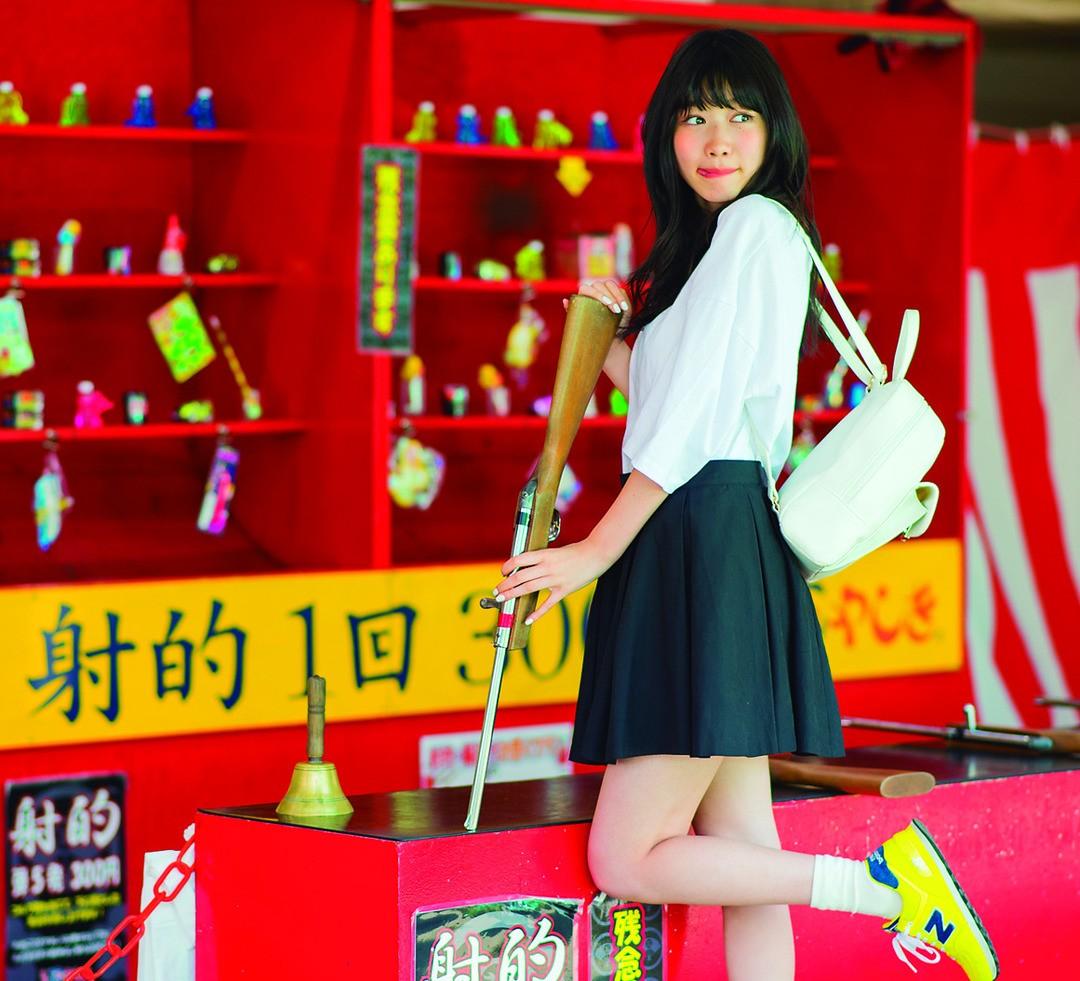 夏美はお気に入りのハデ色スニーカーではしゃぐ!@お祭り