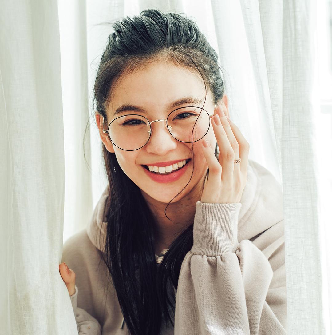 永瀬莉子「丸メガネにトライ! ハーフアップでサブカルガールっぽく 」