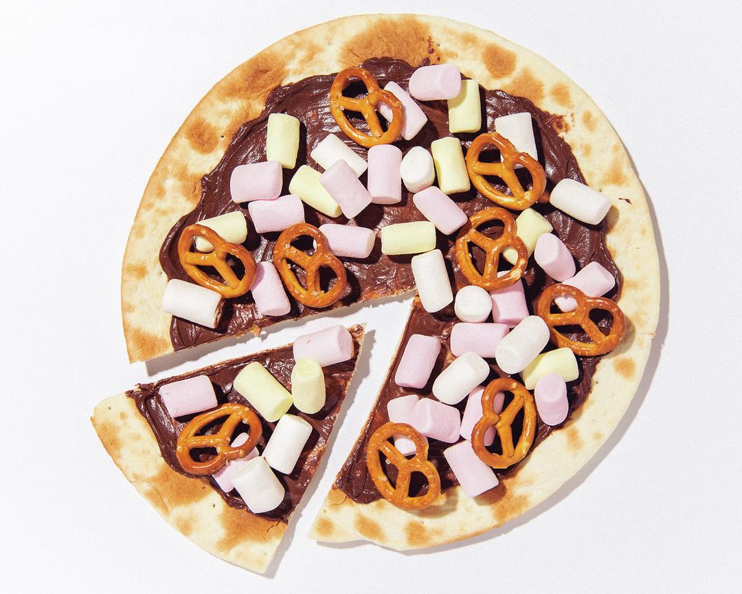 最初にピザ生地をトーストしてからトッピング♪