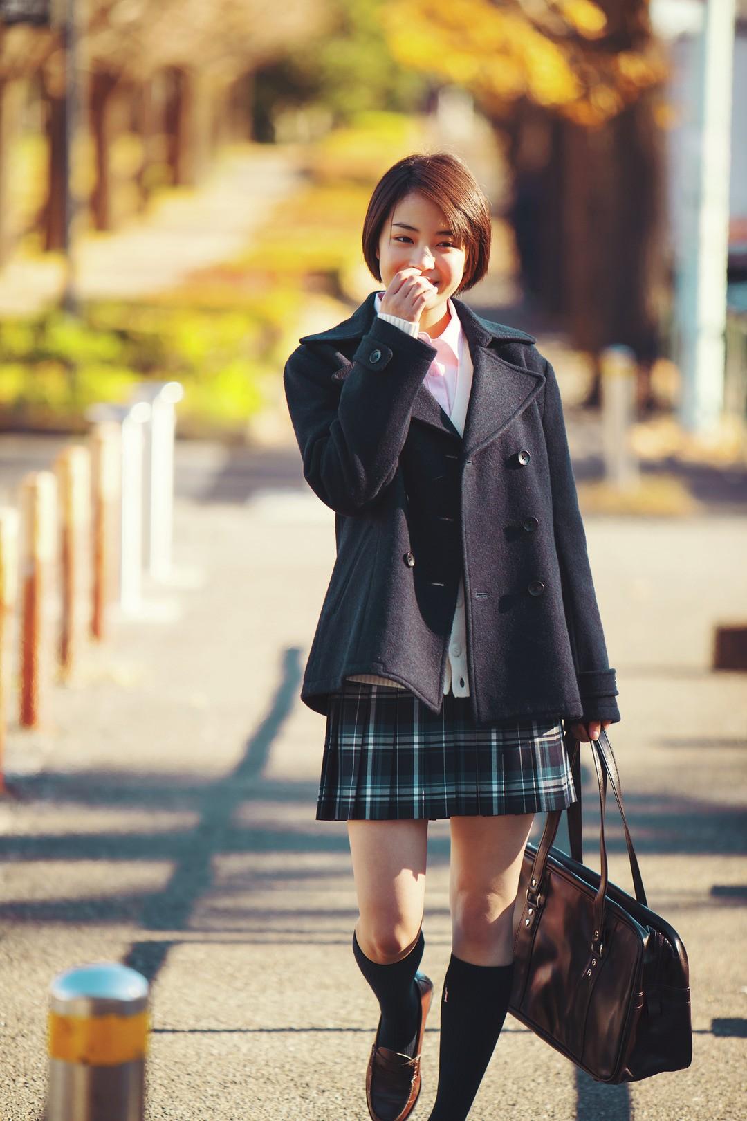 紺色Pコートをはおってきちんと感出す♡