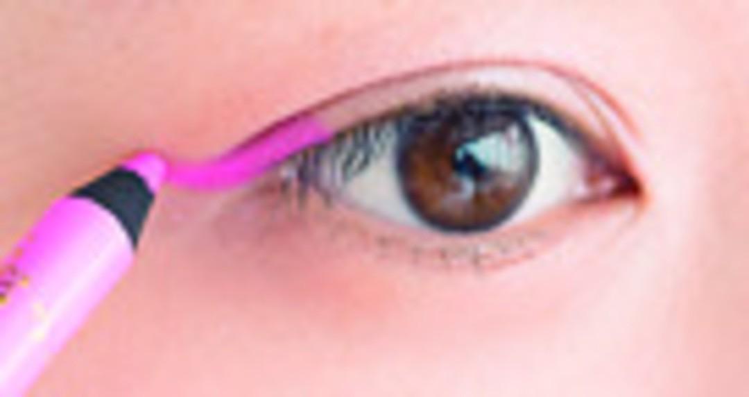 目尻にピンクのラインをON