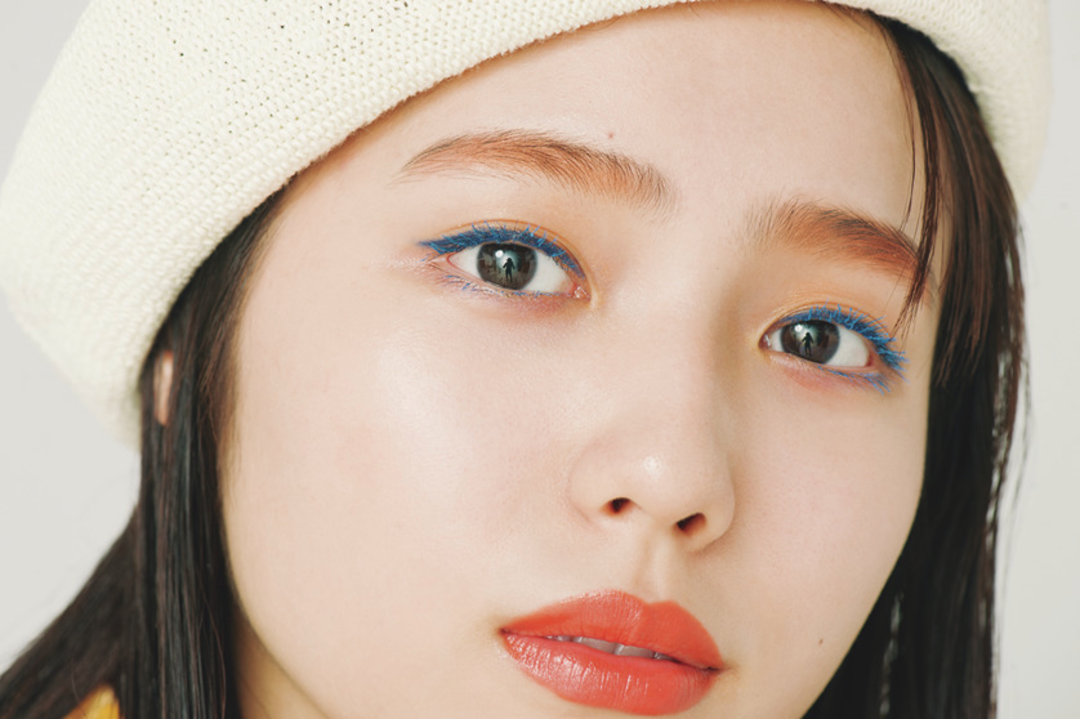 目のキワをブルーでキリッと。眉とリップでオレンジを表現!