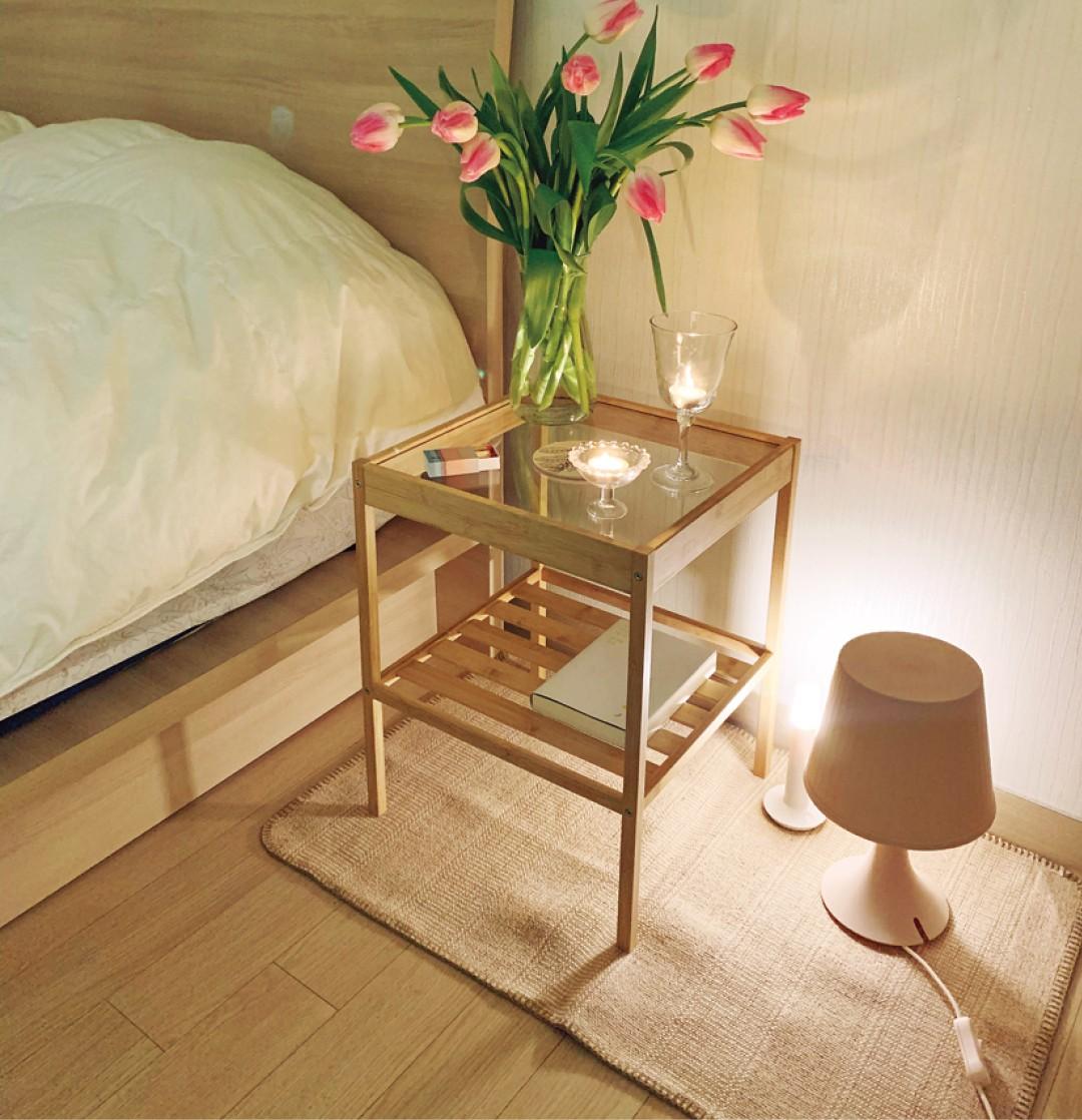 ウッド×ガラスのテーブルをベッドの横に置くべし!