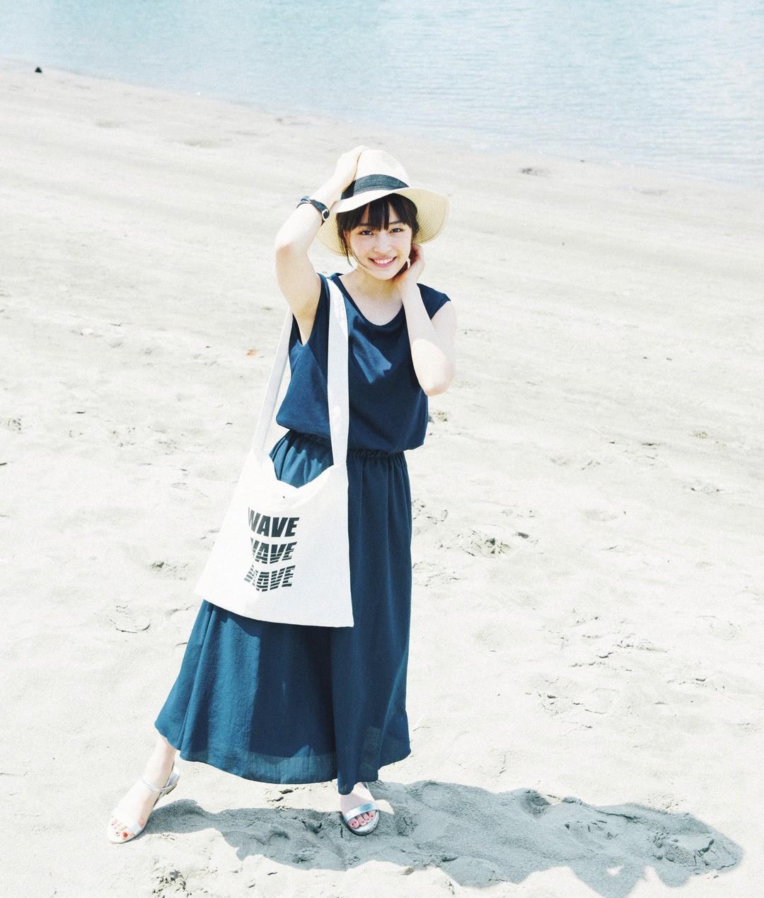 ②海へ行くならシンプルなワンピ♡