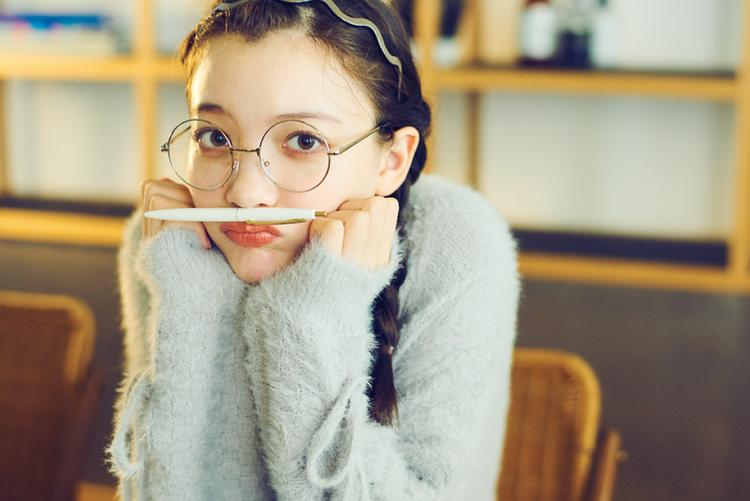 お勉強の日はふわふわニットにメガネでギャップ狙い