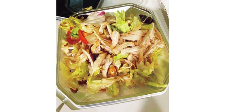 【13:00】お昼休み。ダイエット中はサラダランチが定番!