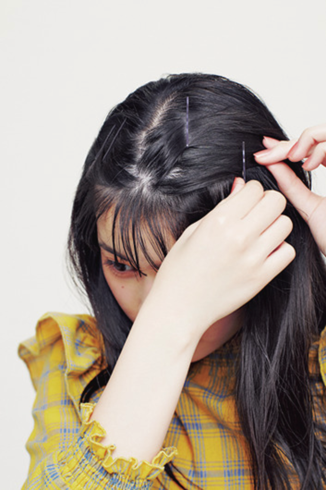 まず、余分な前髪をピンで固定