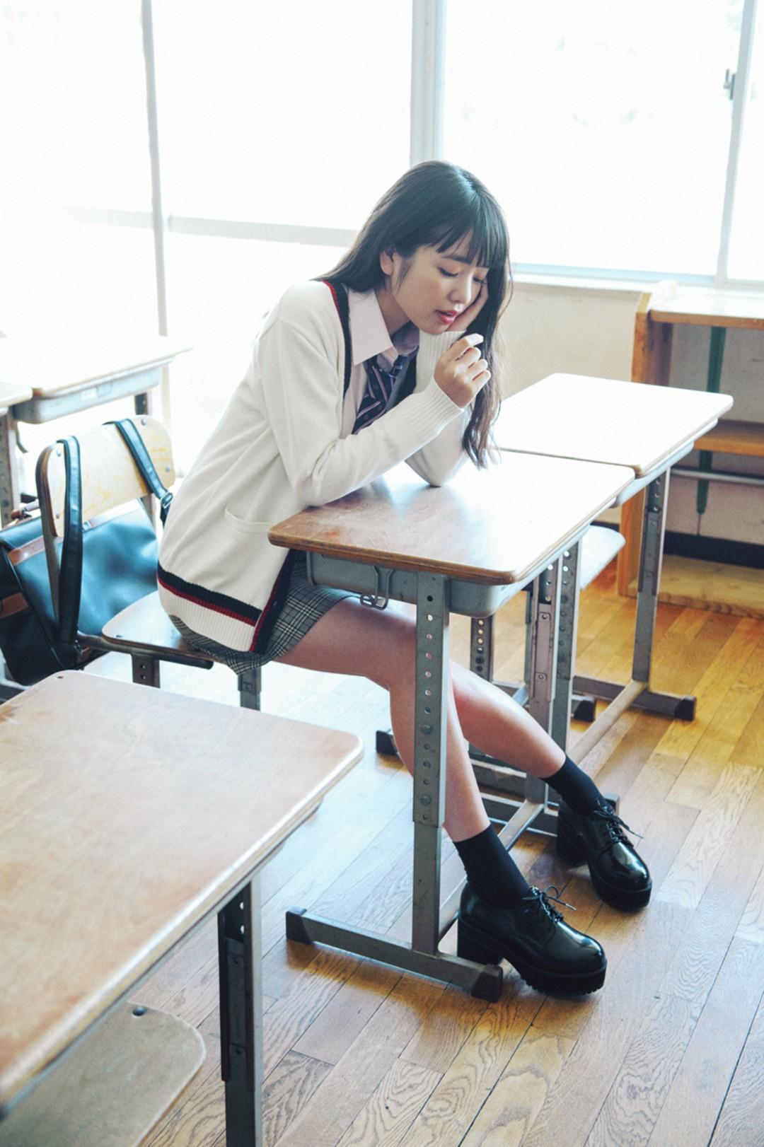 横田真悠はテッパンモテな白カーデをおしゃれっぽく
