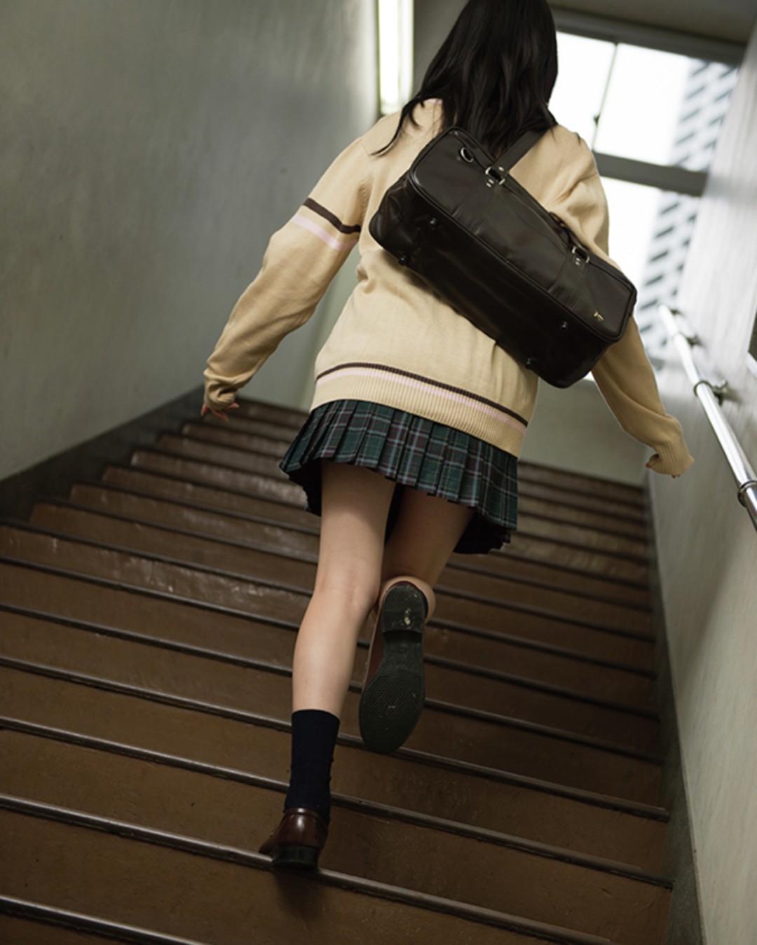 階段をあがるうしろ姿