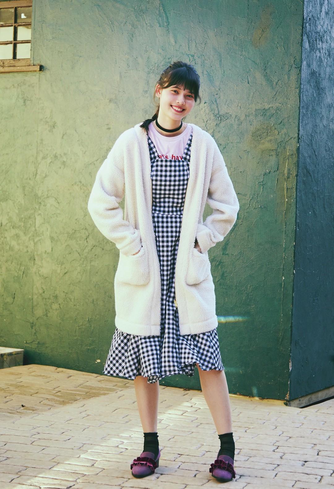 松岡花佳ちゃんは、白もこコートで個性派でいく!