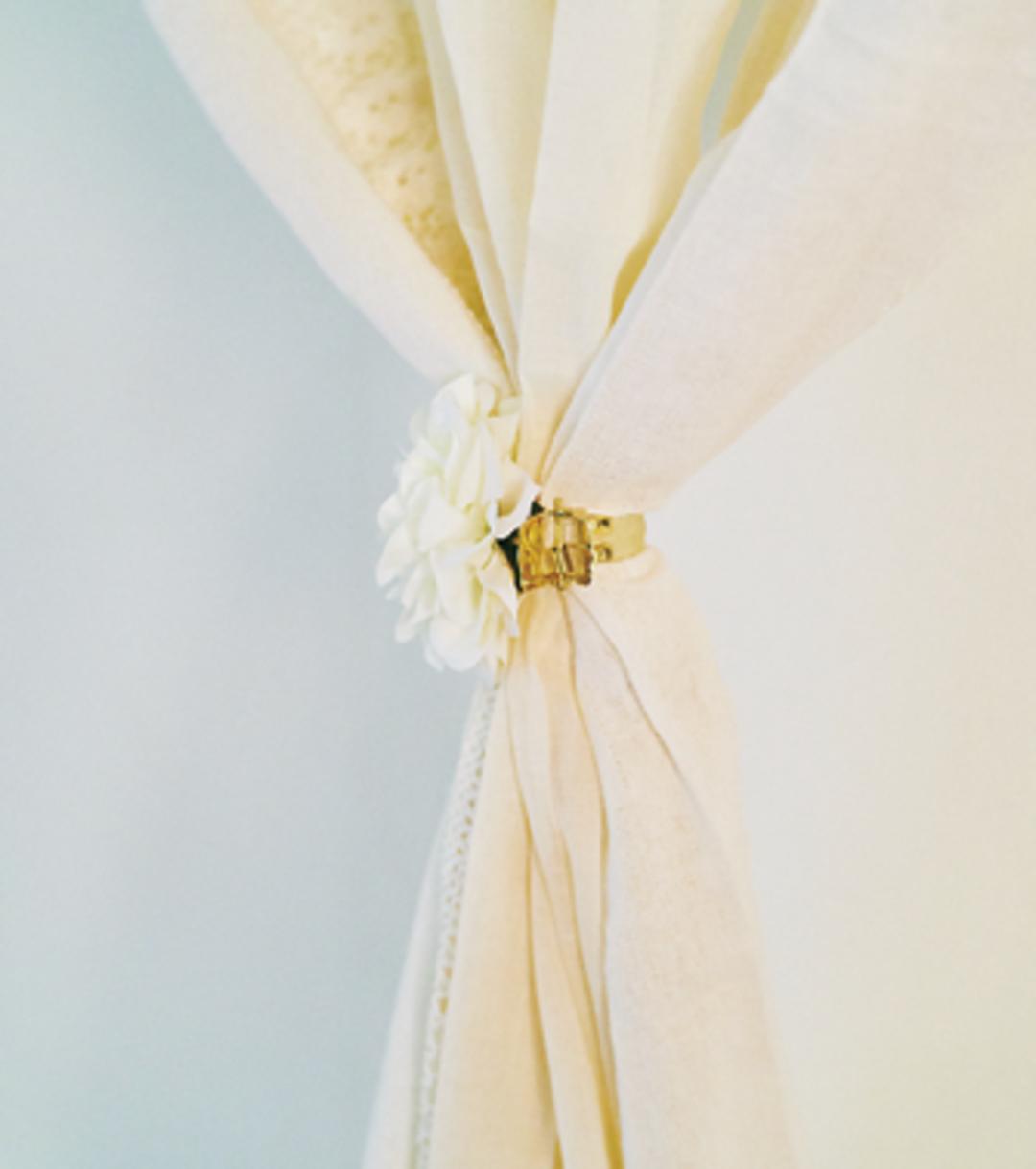 [アイデア①]カーテンを壁に貼ってカーテンどめをON