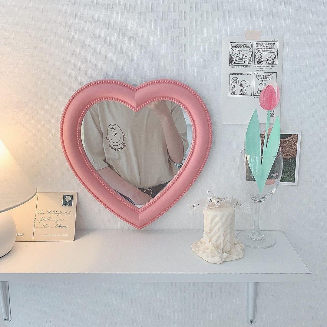 ピンクも白もかわいい縁ぷっくりミラー♡
