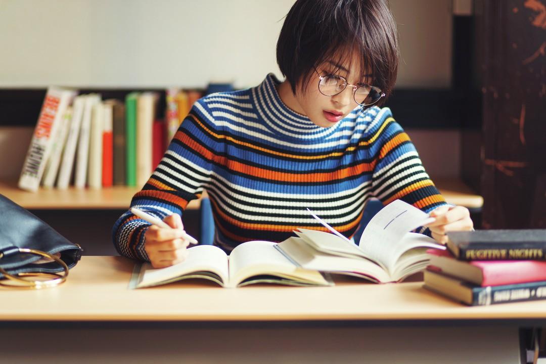 お休みの日に図書館で秀才っぽくお勉強